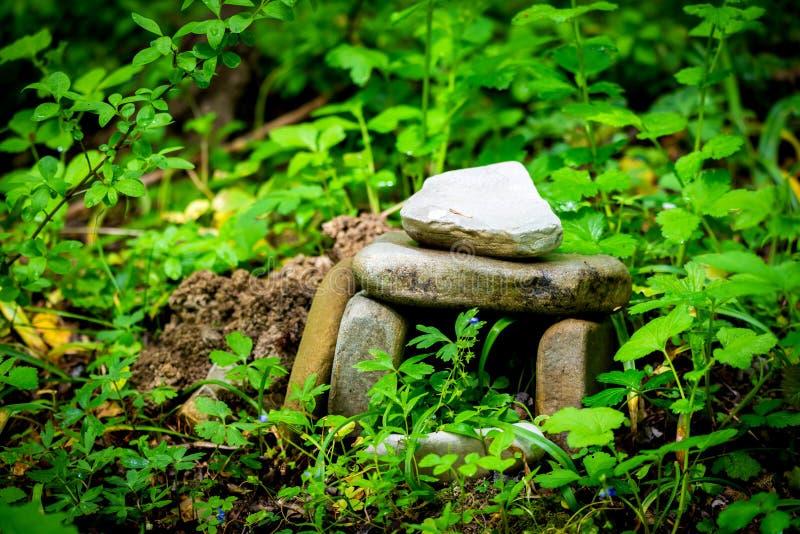 Kamienie lubią jako magiczny dolmen lub kamień w Rosyjskim halnym lesie fotografia royalty free