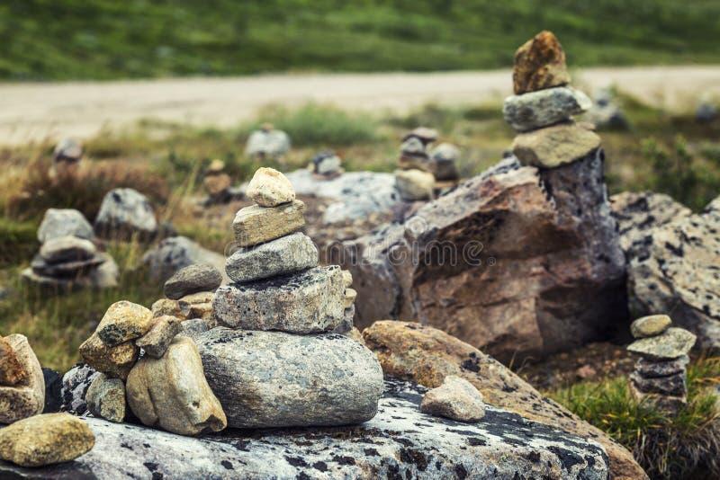Kamienie na pięknej zielonej równinie zdjęcie stock