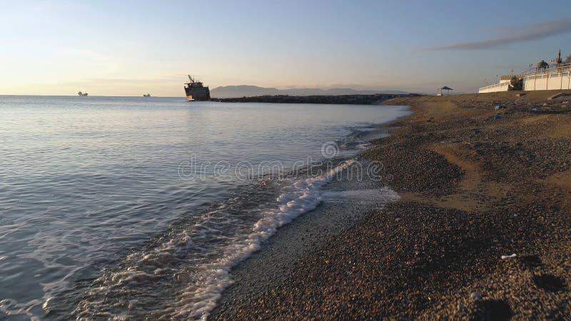 Kamienie na plaży i wodzie morskiej strzał plażowy otoczaka seascape zmierzch Plażowa scena z wiele otoczakami w diunach zdjęcie stock