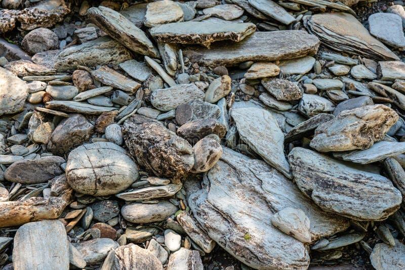 Kamienie od dna wysuszony - za rzece zdjęcie royalty free