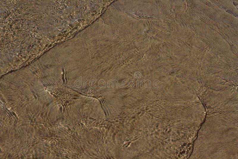 Kamienie pod wod? z falami w przedpolu i piasek fotografia stock