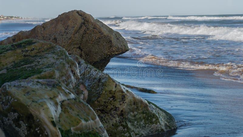 Kamienie przy morzem przy zmierzchem obraz stock