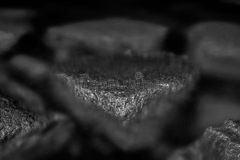 Kamienie z widoczną teksturą zanurzoną w wodzie morskiej Monochromatic, czarny i biały skład, obrazy royalty free