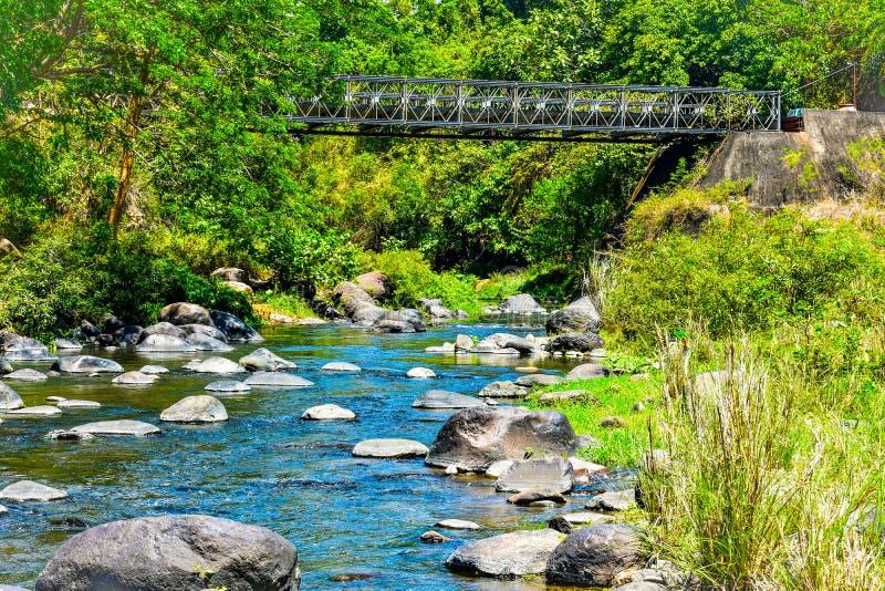 Kamieniste rzeki z stal mostem fotografia stock