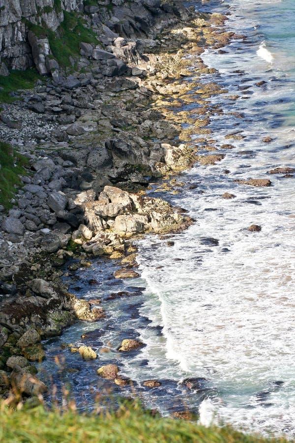 Kamienisty brzeg blisko falez wzdłuż irlandczyka wybrzeża, Północnego - Ireland zdjęcie royalty free