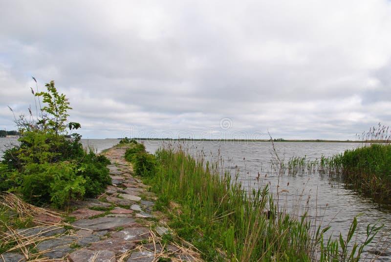 Kamienna ścieżka przez jeziora fotografia stock