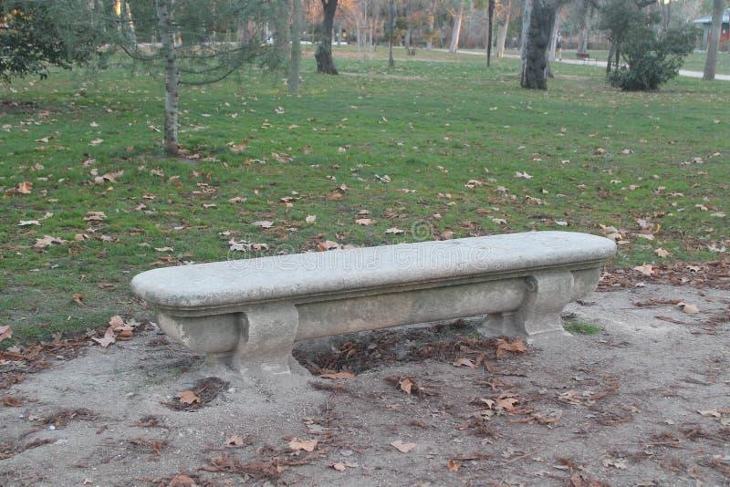 Kamienna ławka otaczająca vegetationand piaskiem zdjęcie royalty free