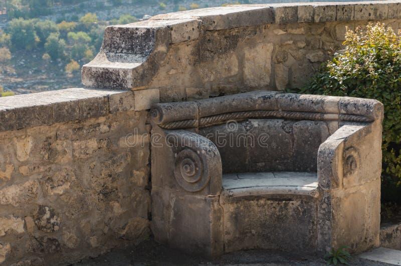 Kamienna ławka w ogrodowym Giardino Ibleo Ibleyskom zdjęcia stock