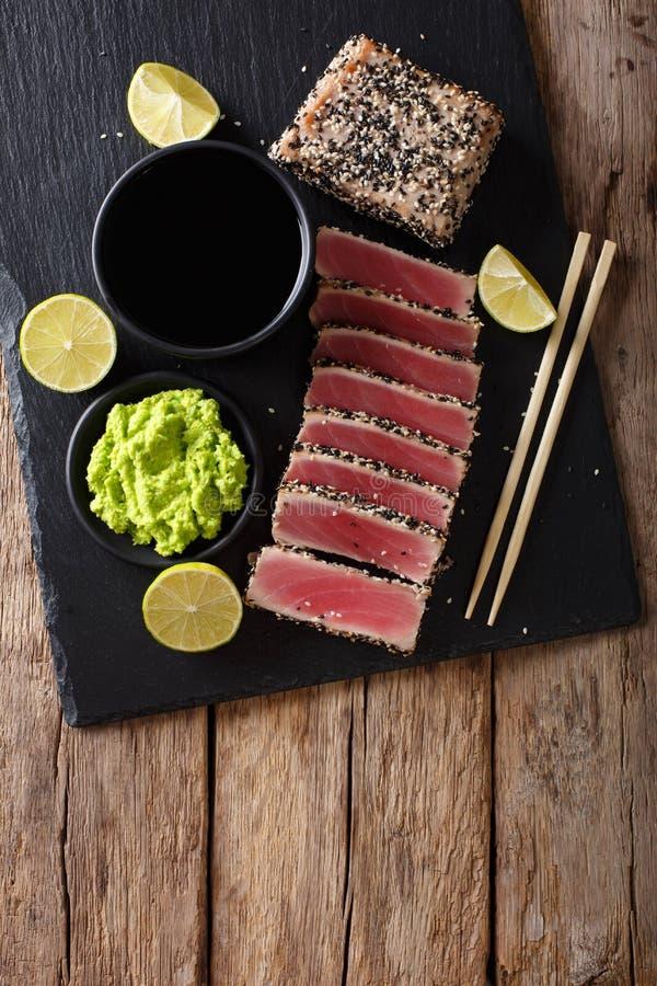 Kamienna łupkowa taca z pokrojonym tuńczyka stkiem smażył w sezamowych ziarnach T obrazy stock