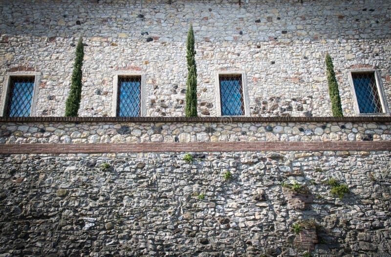 Kamienna ściana średniowieczny forteca z okno i małym zrozumieniem obrazy stock