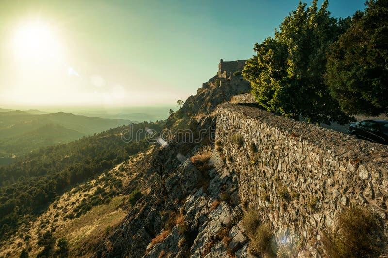 Kamienna ściana i kasztel uprawiamy ogródek nad granią z górzystym krajobrazem zdjęcie stock