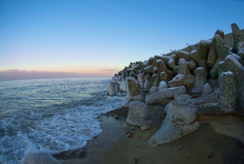 Kamienna ściana morzem, głazy zdjęcia royalty free