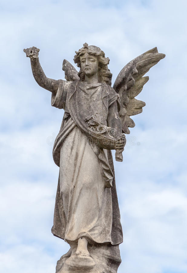 Kamienna anioł statua przeciw chmurom i niebieskiemu niebu zdjęcie royalty free