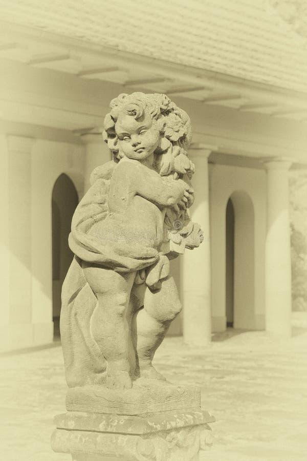 Kamienna anioł statua w ogródzie Opiekunu anioła statua w świetle słonecznym jako symbol miłość w ogródzie zdjęcie royalty free