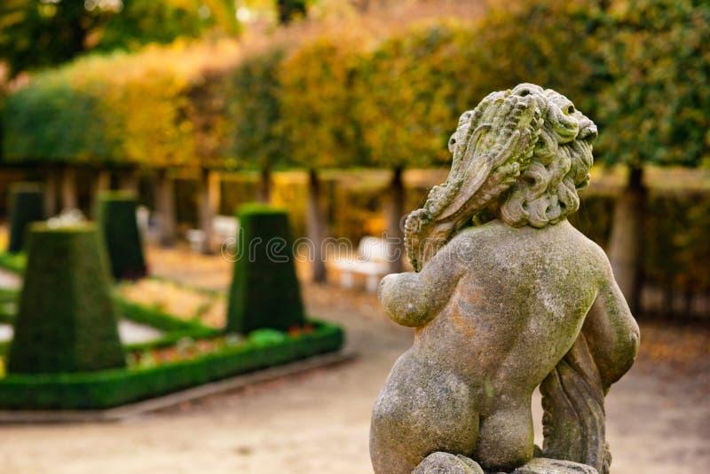 Kamienna anioł statua w ogródzie Opiekunu anioła statua w świetle słonecznym jako symbol miłość w ogródzie zdjęcia royalty free