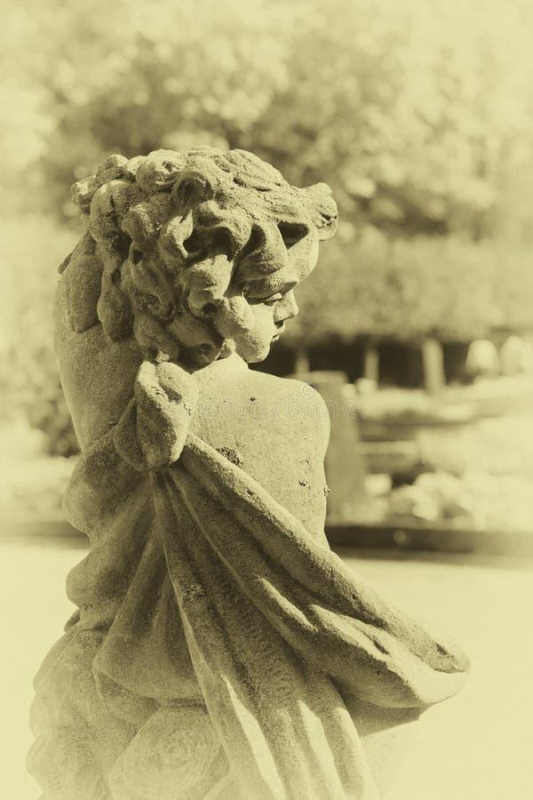 Kamienna anioł statua w ogródzie Opiekunu anioła statua w świetle słonecznym jako symbol miłość w ogródzie obrazy royalty free
