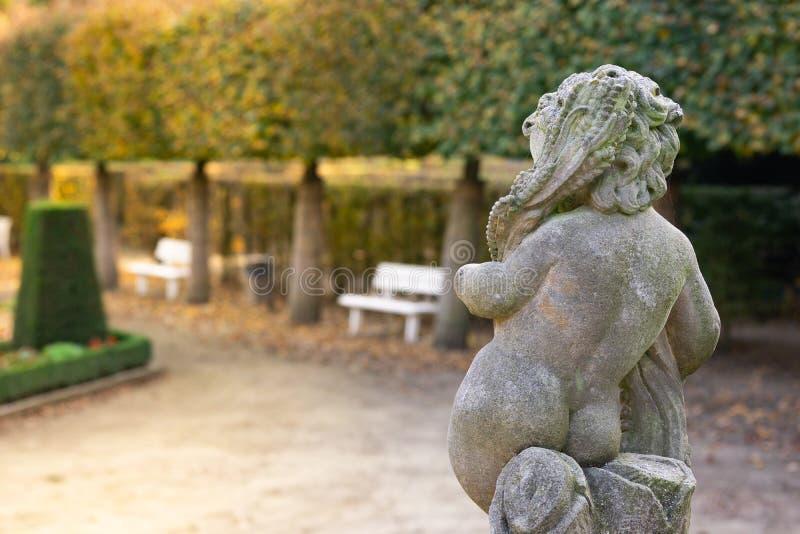 Kamienna anioł statua w ogródzie Opiekunu anioła statua w świetle słonecznym jako symbol miłość w ogródzie zdjęcie stock