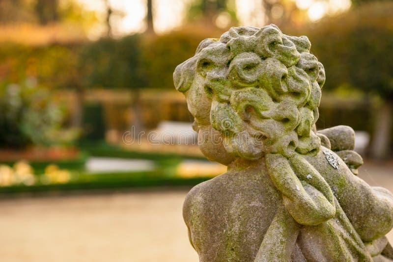 Kamienna anioł statua w ogródzie Opiekunu anioła statua w świetle słonecznym jako symbol miłość w ogródzie obraz stock