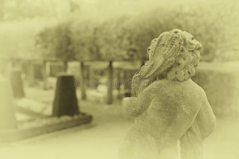 Kamienna anioł statua w ogródzie Opiekunu anioła statua w świetle słonecznym jako symbol miłość w ogródzie zdjęcia stock