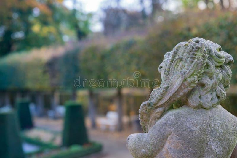 Kamienna anioł statua w ogródzie Opiekunu anioła statua w świetle słonecznym jako symbol miłość w ogródzie obrazy stock