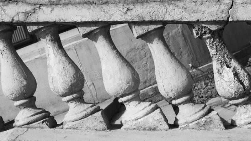 Kamienna balustrada ostro protestować z antykwarskimi filarami klasyczna architektura czarny i biały zdjęcie stock