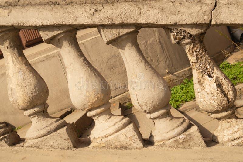 Kamienna balustrada ostro protestować z antykwarskimi filarami Klasyczna architektura fotografia stock