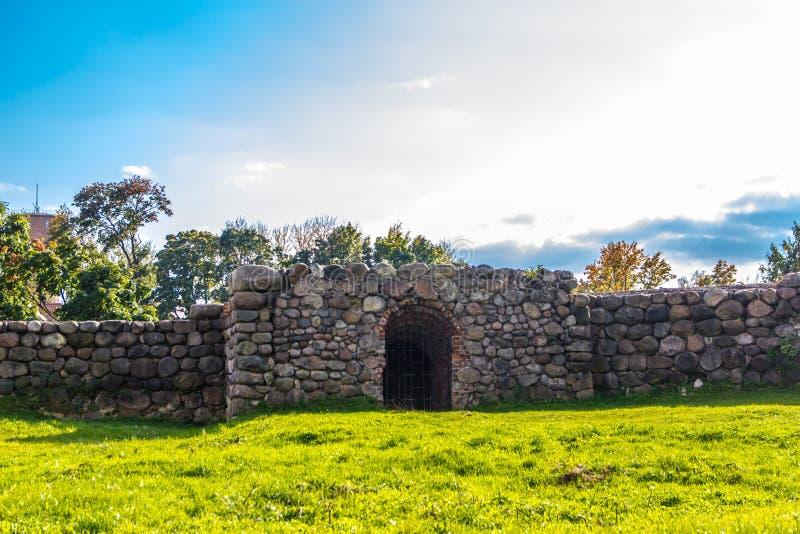 Kamienna budowa na tle zielona trawa obraz royalty free
