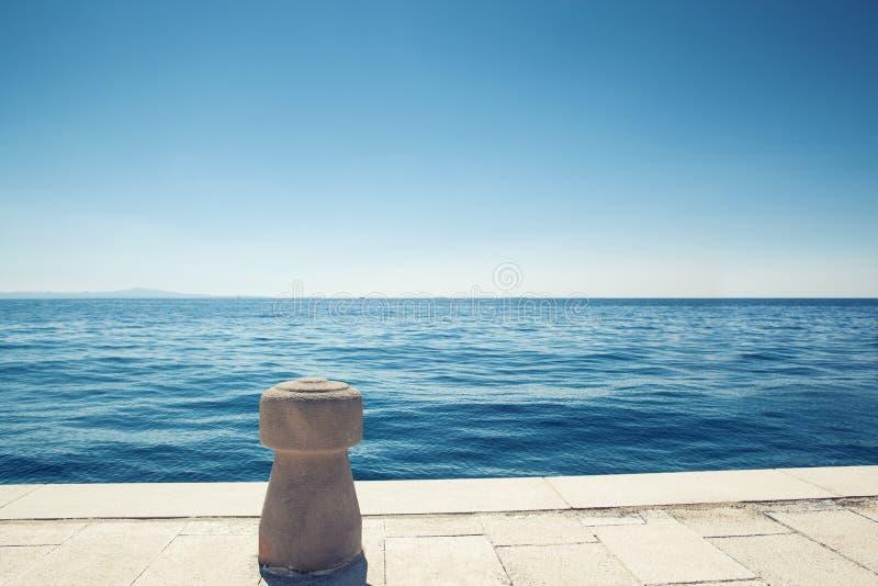 Kamienna cumownica na łódkowatym doku zdjęcie royalty free