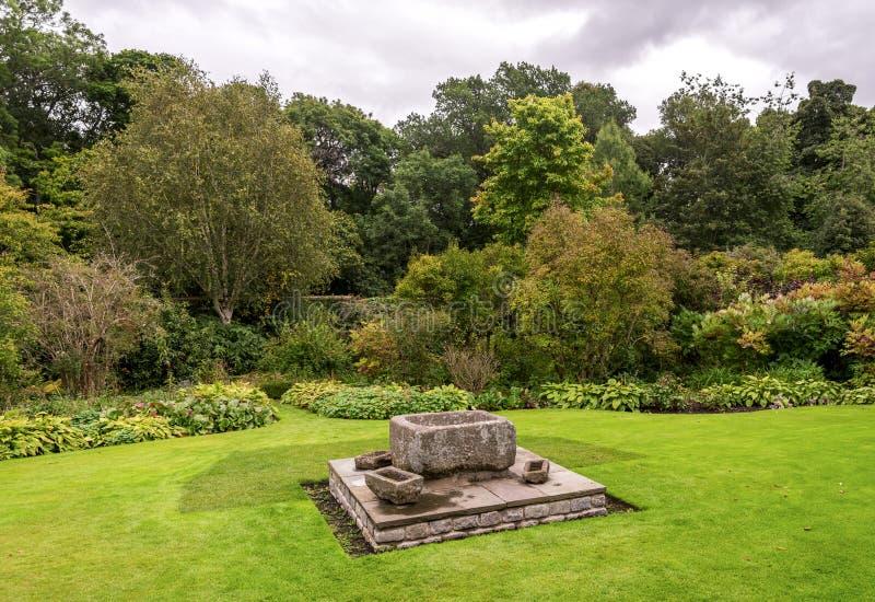Kamienna dekoracja w Crathes kasztelu outside uprawia ogródek, Szkocja fotografia royalty free