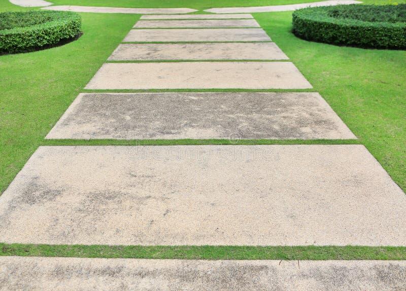 Kamienna droga przemian w ogródzie fotografia stock