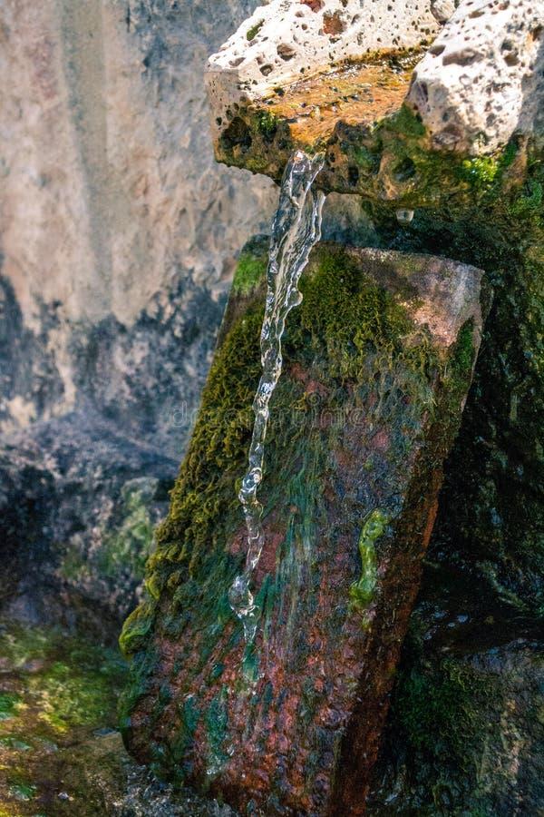 Kamienna fontanny źródła wody wiosna obraz stock