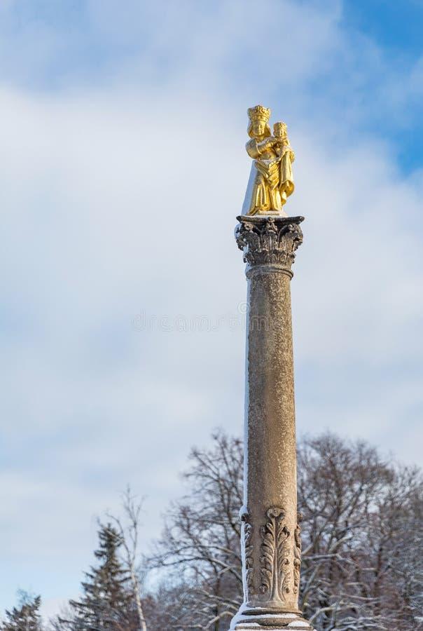 Kamienna kolumna z pozłocistą maryja dziewica statuą St Vitus zdjęcie stock