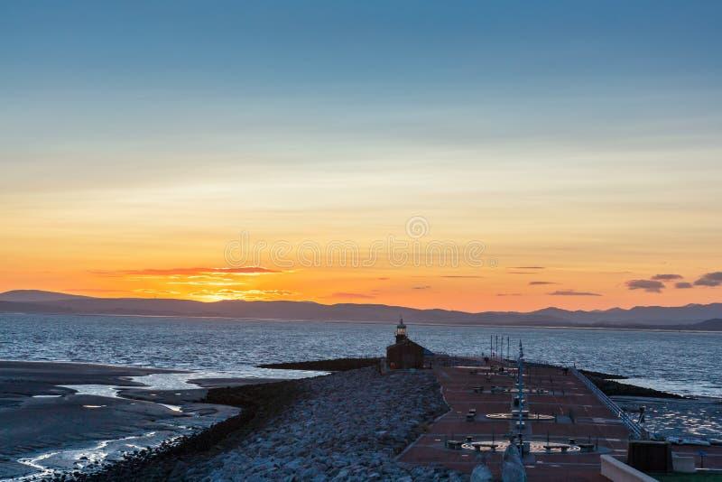 Kamienna latarnia morska w Morecambe przy świtem i Jetty obrazy royalty free