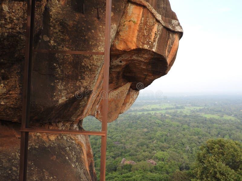 Kamienna lew łapa i inni elementy na górze lew skały, Sigiriya, Sri Lanka, UNESCO światowego dziedzictwa miejsce zdjęcia royalty free