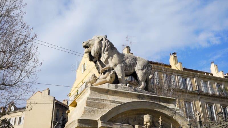 Kamienna lew rzeźba, stara ulica w kapitale Hiszpania miasto Madryt zapas Lew statua po środku a fotografia stock