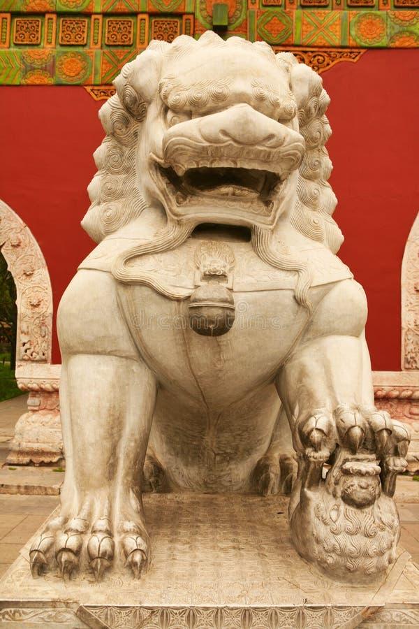 Kamienna lwica chroni wejście wewnętrzny pałac Niedozwolony miasto Pekin obraz royalty free