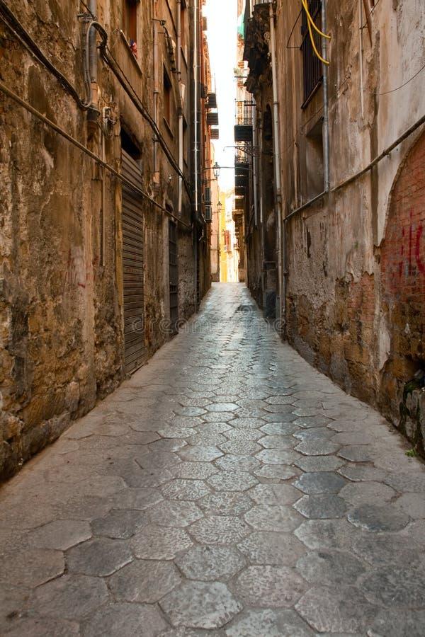 kamienna Palermo średniowieczna wąska stara ulica fotografia royalty free
