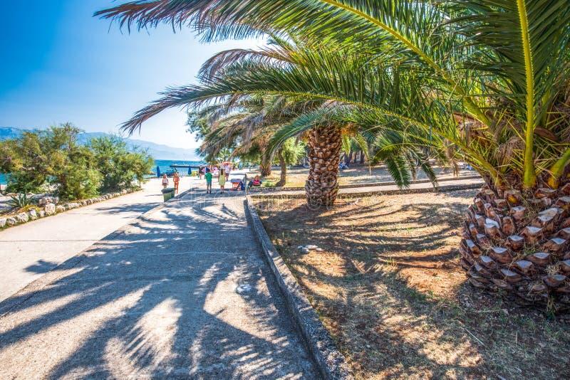 Kamienna plaża na Brac wyspie z turkusu jasnego oceanu wodą, Supetar, Brac, Chorwacja fotografia stock