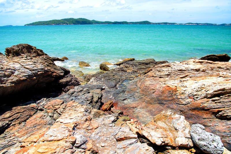 Kamienna plaża z ładnym niebieskim niebem obraz stock