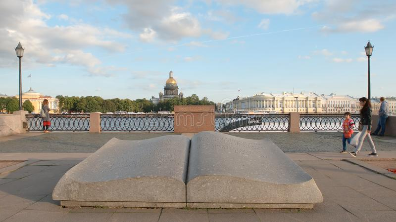 Kamienna rzeźba rozpieczętowana książka na bulwarze Neva rzeka na Isaac ` s katedry tle zdjęcia royalty free