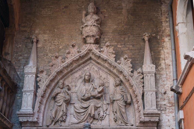 Kamienna rzeźba St mienia dziecka Maryjni Jezusowi i dwa apostołowie na jej stronach zdjęcie stock