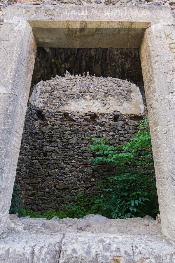 Kamienna stara forteca ściana z otwarciem w nim Dziejowa wartość zdjęcia stock