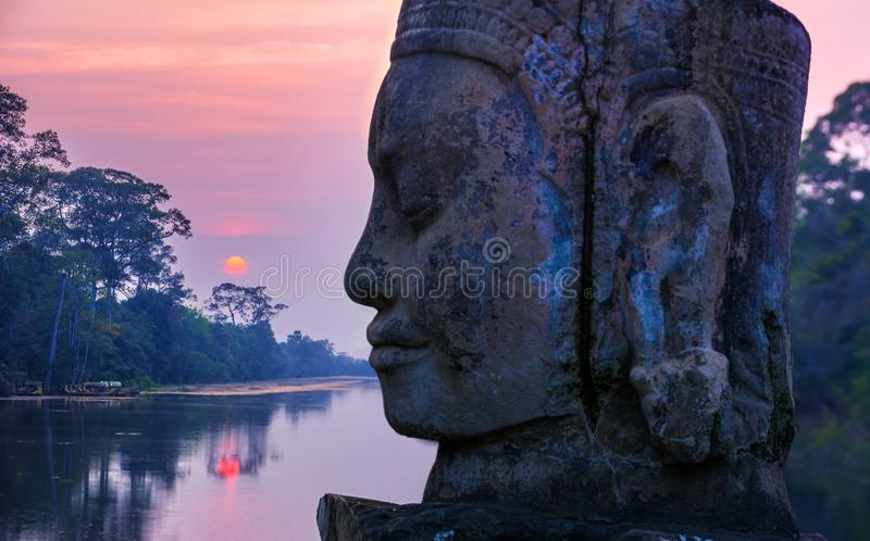 Kamienna statua na droga na grobli pobliskiej bramie Angkor Thom w Siem Przeprowadza żniwa, zdjęcia royalty free