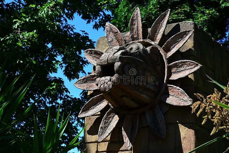 Kamienna statua opierzony węża Quetzalcoatl bóstwo uwielbiał w Teotihuacan fotografia royalty free