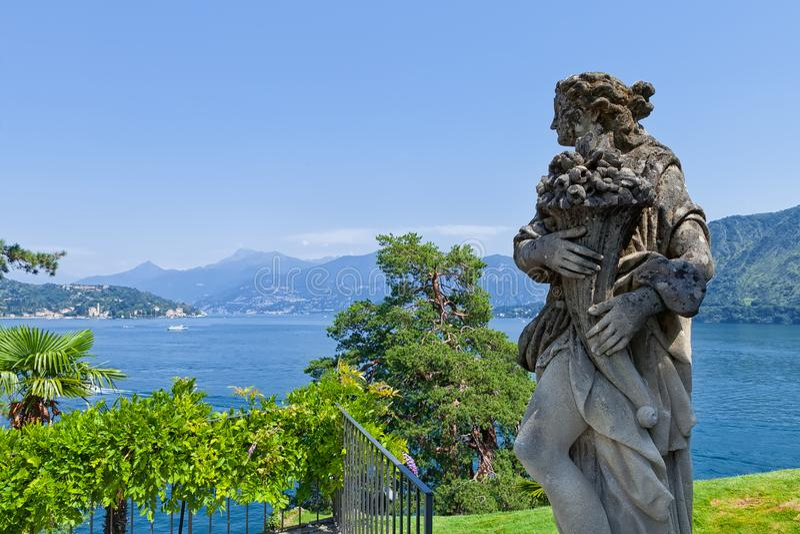 Kamienna statua w parku Willa Del Balbianello, Lenno, Lombardia, Włochy fotografia royalty free