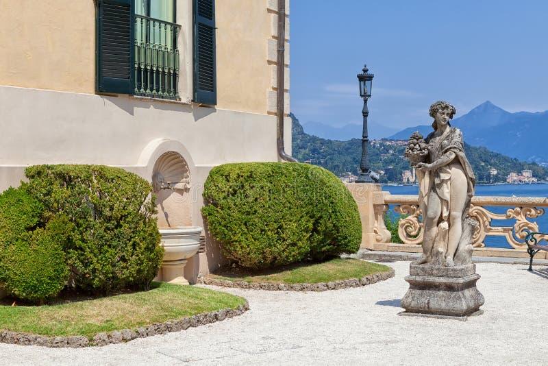 Kamienna statua w parku Willa Del Balbianello, Lenno, Lombardia, Włochy zdjęcia royalty free