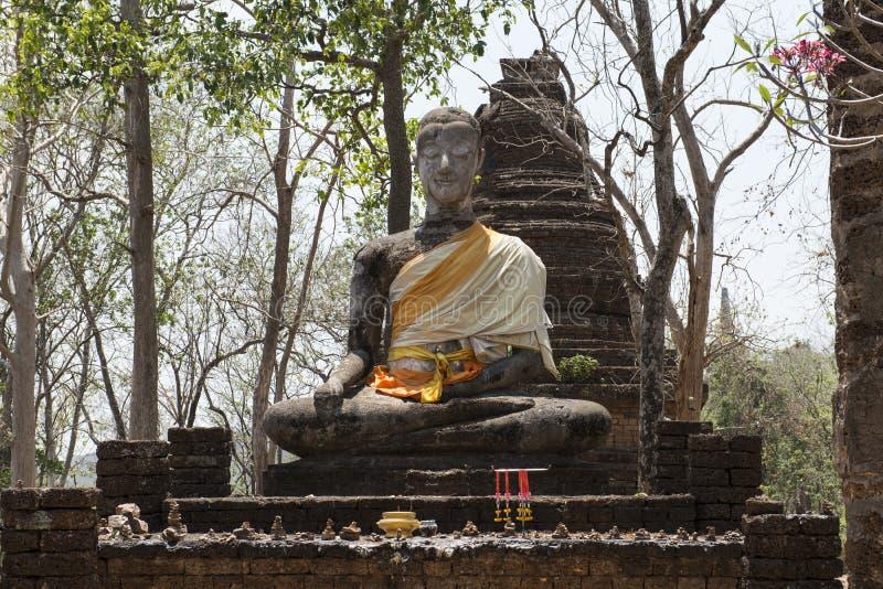 Kamienna stupa i duży Buddha przy Archeologicznym parkiem Si Satchanalai Buddyjskie świątynie, Tajlandia zdjęcia stock