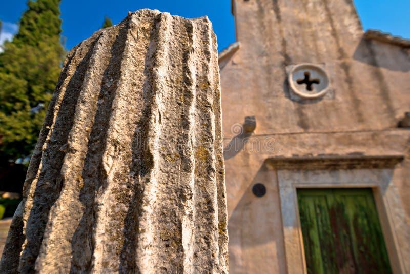 Kamienna wioska Skrip historyczny szczegół i kościół widok fotografia stock