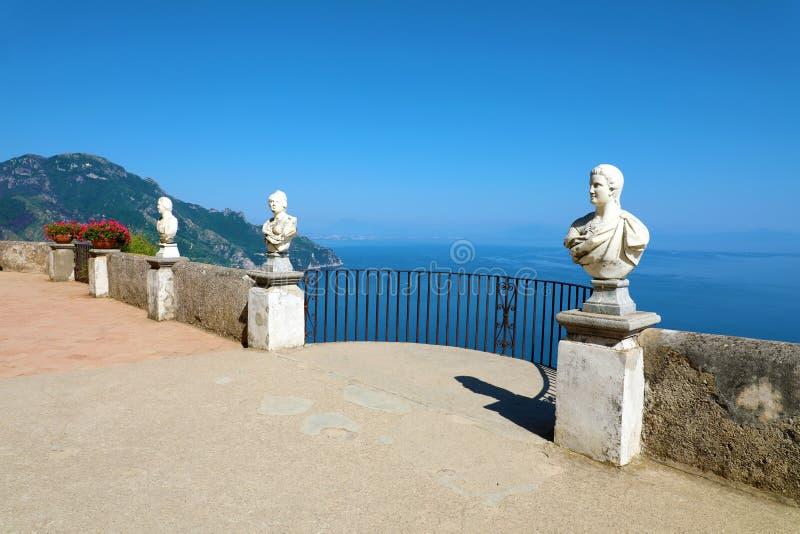 Kamienne statuy na pogodnym tarasie nieskończoność w willi Cimbrone abo obraz stock