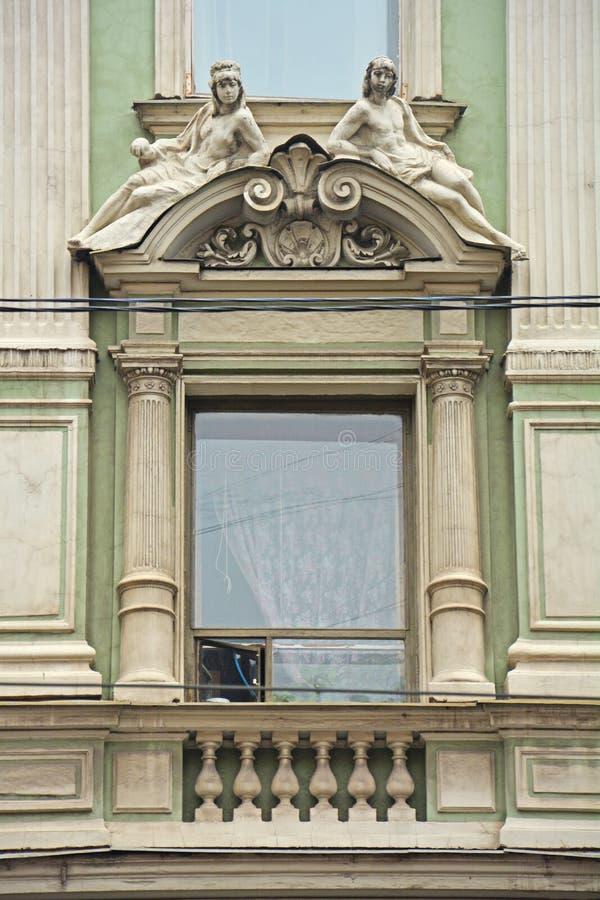 Kamienne statuy nad okno dom handlowy Cherepennikov w świętym Petersburg, Rosja zdjęcia royalty free